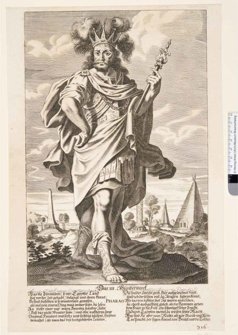 Ein Mann mit Krone, langem Haar, Vollbart, römisch gekleidet, mit Zepter in einer Hand, steht in einer Landschaft mit Obelisk, zwei Pyramiden und Palmen.