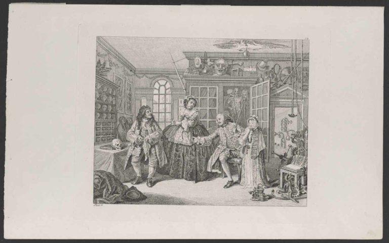 4 barock gekleidete Personen in einem Raum, Regale und Tische auf und an denen zahlreiche Gegenstände wie Sarkophage, Schädel, Masken, Apparaturen, Bilder und Alltagsgegenstände verschiedener Kulturen ausgestellt sind.