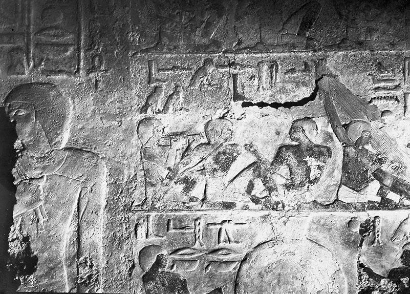 Altägyptisches Relief, zeigt Musiker beim Musizieren mit Flöten und Harfen , Beischriften in Hieroglyphen.