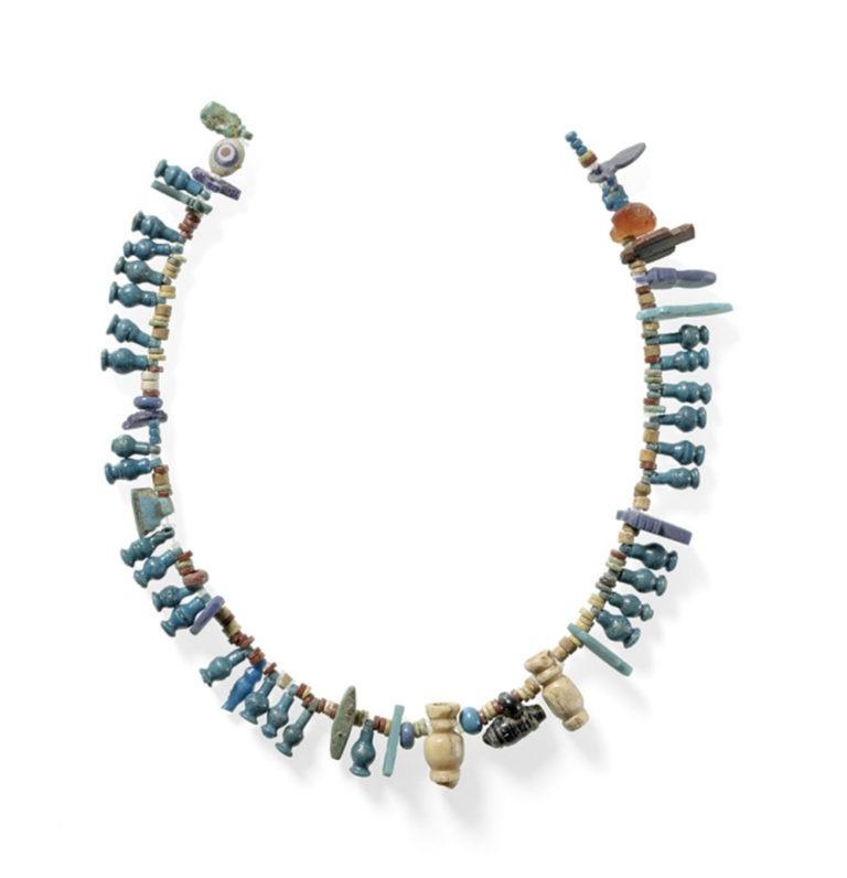 Kette aus bunten und vielgestaltigen Perlen. Die Perlen sind blau, weiß, braun und grau.