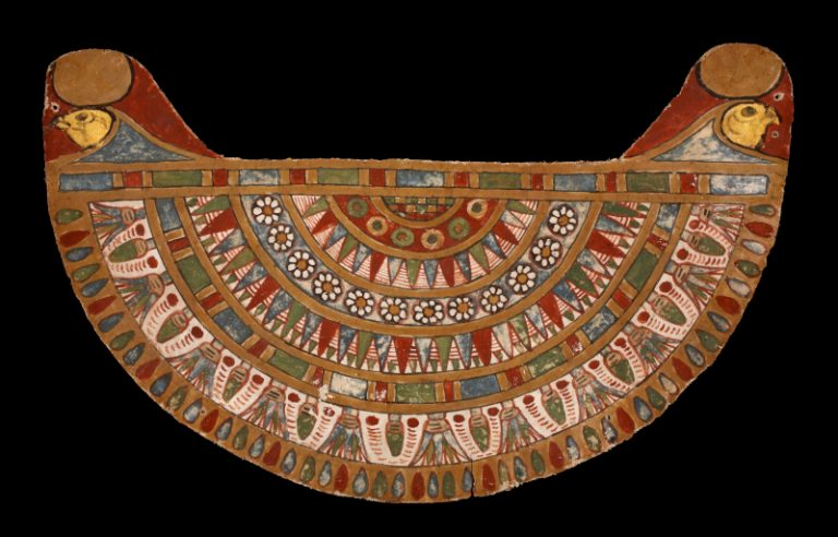 Halskragen; 8 bunt verzierte Reihen mit Pflanzenmustern, die Enden sind jeweils mit einem Falkenkopf und einer Sonnenscheibe verziert.